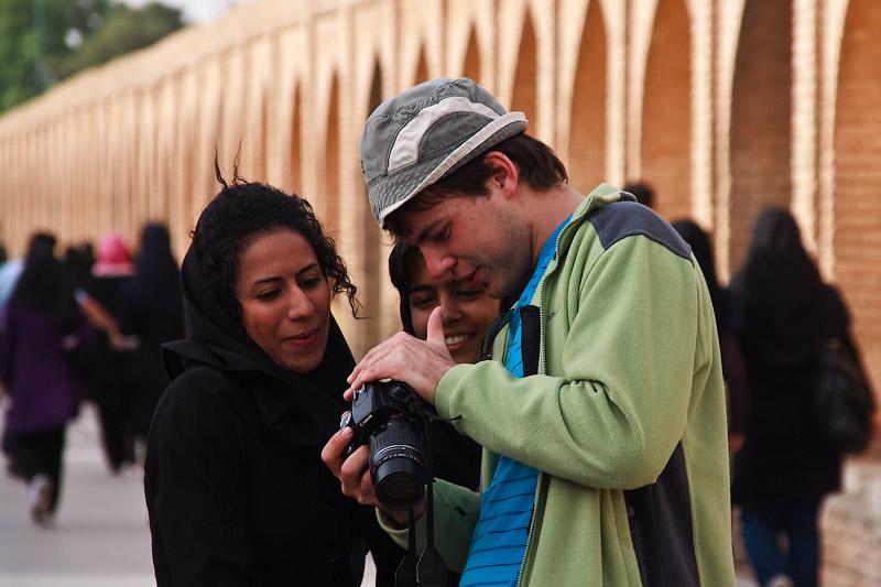 Саша фотографирует иранских девушек