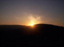 Солнце за горами на Украине
